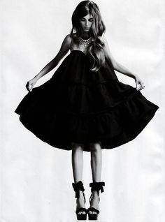 """"""" uma mulher só precisa de duas coisas: um vestido preto e um homem que a ame"""" (coco chanel)"""