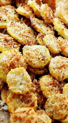Garlic Parmesan Yellow Squash Chips: A healthy snack or appetizer that is incredibly flavorful, crispy, and absolutely delicious! Yellow Squash Chips, Yellow Squash Recipes, Baked Yellow Squash, Clean Eating Snacks, Healthy Snacks, Healthy Recipes, Delicious Recipes, Diet Snacks, Protein Snacks