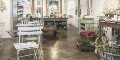 Il Tavolo Verde es un Organic Café y Antic Market, o lo que viene a ser lo mismo que una preciosa cafetería estilo provenzal con una tienda de antigüedades.