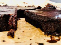 Low Carb Brownie | BAKEAHOLIC |  Ein Brownie der komplett ohne raffinierten Zucker, Mehl und Butter auskommt. Bedeutet aber nicht, dass er weniger süß schmeckt. Ganz im Gegenteil.   Zutaten:  180 g Zartbitterschokolade (mind. 70 % Kakaoanteil) 2 reife Avocados 120 g Xylit Zuckerersatz (Zuckeralkohol auf Basis von Birken- und Buchenholz) 2 TL Kaffeepulver (löslicher Kaffee) Vanillemark aus einer Schote 2 Eier 60 g + 40 g Backkakao 60 g gemahlene Mandeln etwas Salz 80 g Ahornsirup 60 g Kokosöl