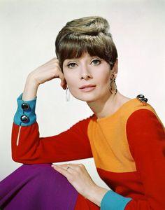 La actriz Audrey Hepburn fotografiado por Bud Fraker a una editorial de moda y…