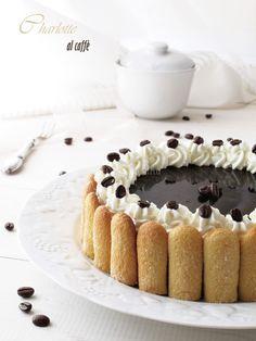 La Charlotte, questo delizioso dessert composto da una bavarese circondata da savoiardi e guarnita con l'ingrediente che poi darà il nome alla Charlotte… quella che vi propongo oggi è una Charlotte al caffè. Un dolce raffinato, delicato, perfetto da presentare nelle grandi occasioni. Molto scenografico, non lascerà indifferenti.…