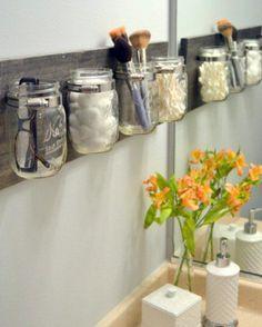 Gamle barnematglass blir perfekt oppbevaring til dine sminkeprodukter – det gjennomsiktige glasset gjør det lett å finne det du er på utkikk etter.