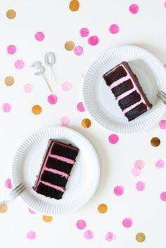 Mon layer cake d'anniversaire à la framboise et au chocolat : gâteau moelleux cacao et crème au beurre à la meringue suisse parfumée à la framboise...