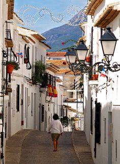 Colourful street scene in Altea, Costa Blanca, Spain (by Anguskirk).