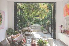 """L'idea in sé del giardino è un qualcosa che a tutti evoca un qualcosa di onirico, di protetto e imperturbato. Il fondamento di base è quello di un terreno cinto, delimitato, racchiuso entro steccati. Questo significava in origine la parola indogermanica """"gart"""": chi riesce a stare dentro il giardino, gode di pace e protezione beate. La cultura del giardino ci racconta di spazi cuciti sulla persona, estensione di un io alla ricerca di un luogo dove poter evadere senza allontanarsi da casa. Sydney Gardens, Rooftop Gardens, Balkon Design, Meditation Garden, Garden Inspiration, Indoor Plants, Landscape Design, Outdoor Living, House Design"""