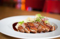 Kachní prsíčko s růžovým pepřem se zelím z cukety a bramborovou plackou www.bistrofranz.cz