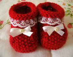 Como Fazer Sapatinho De Tricô Para Bebê: Passo a Passo +34 Fotos | Revista Artesanato Baby Shoes Pattern, Crochet Baby Shoes, Crochet Baby Booties, Knit Crochet, Baby Knitting Patterns, Baby Patterns, Baby Slippers, Baby Boots, Diy And Crafts
