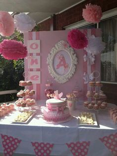 Just a fancy cake for her and cupcakes for all others = no cutting cake!