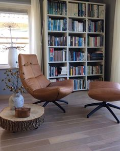 Woonwinkel Alle Pilat - Binnenkijken. Prachtige cognac leren draaifauteuil met bijpassende hocker. Living Room Chairs, Living Room Furniture, Living Room Decor, Dining Chairs, Style At Home, Bedroom Murals, Interior Decorating, Interior Design, Mid Century Modern Furniture