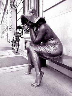 rue Bonaparte - Paris 6e ... Statue à l'Institut Hongrois, 92 rue Bonaparte