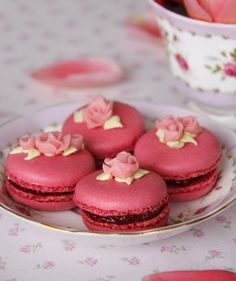 Raspberry Macarons with Roses (recipe in Spanish)