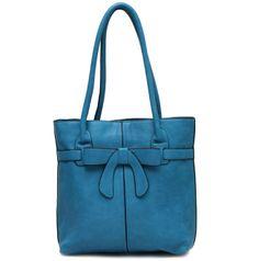 Dámská tyrkysová kabelka Jasmine je vyrobena z kvalitní eko kůže. Na přední straně má decentní mašli, která jí dodává šmrnc. Na straně zadní je zapuštěná kapsa na zip. Uvnitř je vystlána hnědou podšívkou a obsahuje kapsičky na mobil, zrcátko a boční kapsu na zip.   799 Kč