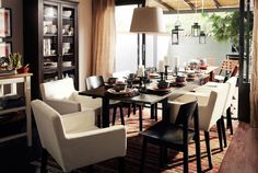 Tavoli IKEA allineati, dalla sala da pranzo fino all'esterno.