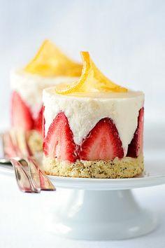 Zitronen-Mohnkuchen mit Zitronen-Mousse und Erdbeeren