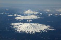 Volcan Villarrica en primer plano, y el Volcan Llaima de fondo - CHILE   Sorprendente, maravilloso es mi Chile lindo.