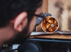 Com materiais simples e fáceis de encontrar, o designer Paulo Biacchi, da Fetiche Design, ensina a fazer objetos que poderiam estar à venda em qualquer loja de decoração. No vídeo a seguir, aprenda a fazer uma luminária de teto com um cano de PVC