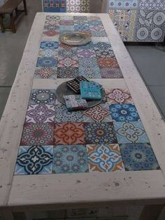Furniture of pallets decorated with hydraulic tiles- Muebles de palets decorados con azulejos hidráulicos hydraulic tiles and pallets More - Painted Furniture, Diy Furniture, Poolside Furniture, Furniture Plans, Tile Tables, Tile Patio Table, Deco Design, Home And Deco, Mosaic Tiles