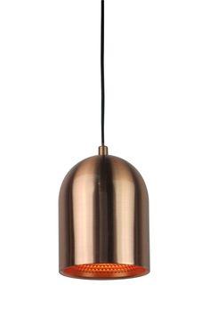 Lampa wisząca Zuma Line ASTON będzie doskonale pasować do nowoczesnych pomieszczeń. Wykonana została z metalu w miedzianym kolorze, po włączeniu daje przyjemne dla oka światło. Klienci cenią ASTON za wyjątkowy design i jakość wykonania.