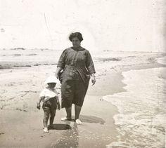 Mujer y niño en la playa de Cullera, entre 1919-1927. Fotografía de Francisco Roglá López, (1894-1936). Colección de Colección de fotografías de Cullera II. Donación Familia Roglá
