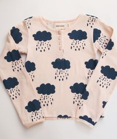 Bobo Choses Shirt Clouds (avui és un Must! Cool Kids Clothes, Henley Tee, Designer Kids Clothes, Kids Prints, Fashion Moda, Stylish Kids, Kid Styles, Kind Mode, Kids Wear