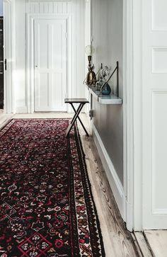 Hallway with lovely, thin, marble shelf + a gorgeous rug - Krukmakargatan 14 by Street Realtor Wall Carpet, Rugs On Carpet, Stockholm, Dark Blue Walls, White Walls, Marble Shelf, Sweet Home, Welding Table, Floor Ceiling