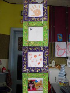 4 kartonnen kadertjes beschilderen. 2 kleuren per kind. Daarna bestrooien met flexflox. kader 1, handafdruk kleuter, kader 2: houtskooltekening mama, kader 3: zoenen, kader 4: foto van de kleuter