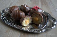 I går var det påskeæg med lakrids og marcipan og i dag er turen så kommet til påskeæg med fyld af romkaramel eller chokolade-skildpaddefyld, som de fleste chokoladeelskere, mig selv iberegnet, vidst kender særdeles godt. Hvis et påskeæg udelukkende skal fyldes med romkaramel, kræver det både en form og gedigne mængder chokolade, for så er …