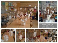 Een andere manier om je paasboom in de klas te versieren. Wit als symbool van reinheid, vergeving. Materiaal: wit karton, wit krullint, witte schelpen, wit gaatjeskarton, wit vloeipapier, witte filterstokjes, witte glitter, etc. En uiteraard paastakken, een witte pot met (wit) zand en een wit kleedje.