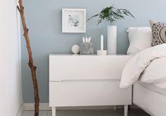 Hellblaues Schlafzimmer mit weißen Möbeln