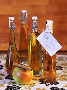 Apple and cinnamon liqueur ♥ 50 ml of clear apple juice with 250 g of brown sugar and 2 . Cocktail Drinks, Alcoholic Drinks, Rum Cocktails, Liqueur, Mason Jar Wine Glass, Apple Juice, Kitchen Gifts, Food Gifts, Healthy Drinks