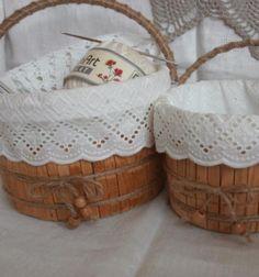 Ezek az aranyos (és praktikus) tárolók / kosárkák egy kiürült műanyag (tejfölös) bödönből és egy pár fa ruhacsipeszből készültek. Kreatív ötlet…