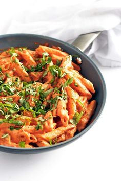A nice simple vegan pasta recipe that gets it's creaminess from blended cashews. It can also easily be made with a gluten-free pasta if you have an intolerance! Pasta Recipes, Cooking Recipes, Dinner Recipes, Vegetarian Recipes, Healthy Recipes, Vegan Vegetarian, Raw Vegan, Tomato Basil Pasta, Cream Pasta