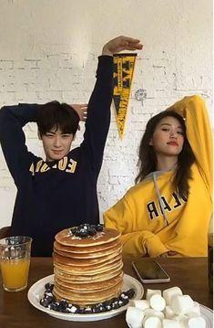 Doyeon (Weki Meki) e Eunwoo Ulzzang Couple, Ulzzang Girl, Best Friend Pictures, Couple Pictures, Cute Korean, Korean Girl, Couple Goals Cuddling, Korean Best Friends, Kim Doyeon