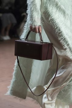 Jil Sander at Milan Fashion Week Fall 2019 - Details Runway Photos Leather Purses, Leather Handbags, Leather Bag, Jil Sander, All Fashion, Fashion Bags, Tod Bag, Women Accessories, Fashion Accessories