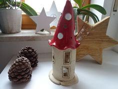 Das Windlicht aus Keramik wurde handgetöpfert, teilweise in Broncit, das Dach in Rot und Weiß glasiert.  Der Turm hat eine Höhe von ca. 30 cm hoch und ca. 10 cm breit. Gerne fertige ich den Turm...