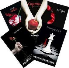 Saga Crepúsculo es una serie de cuatro libros escritos por la estadounidense Stephenie Meyer.Son una serie de libros sobre la vida de Bella desde el momento que decidió mudarse de a la ciudad de Forks; conoce a Edward Cullen, hijo de Carlise y Esme, familia vampiro, Bella se enamora perdidamente de Edward. Las consecuencias de este amor marcan un cambio total en la vida de Bella.