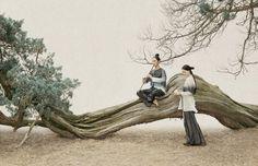 微花 3-1 | Small Flower | 新文人畫攝影 | Photography of New Literati Painting | 2012 他用攝影,娓娓地向你我道來一則又一則帶有恬淡中國文人意味的作品,寧靜的畫面有著韻味綿延的朦朧之美,單以一張靜止的畫作,卻令人得以開展出猶如欣賞古典中國畫作時,那樣不自覺地就穿梭了時空之限制,如臨其境地在畫中展開故事的延續… SUN JUN 孫郡,中國當代攝影藝術家。自小即學習著中國傳統繪畫,這樣深厚的繪畫基礎之培養,使得其在藉以攝影為媒介所展開的藝術之路上,令他得以獨樹一格的詮釋出唯有富含深後藝術繪畫底子的他,才得加以創造而出的新文人藝術美作。 他的作品既揉合了傳統文人之精神、品格與氣質等質之上的深度,又添上有思緒、情感及審美視野等之現代的新穎角度。使這在「傳統與現代」中把源自於中國畫所帶有之寧靜、寫意感,以全新的方式呈現在了你我的視野之中,唯美地演繹出了這一系列令眾譽為「新文人畫攝影」之作的攝影們。More
