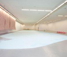 Karla Black, Ausstellungs-ansicht, 2009