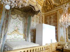Inside Buckingham Palace Queens Room | The Queen's bedroom.