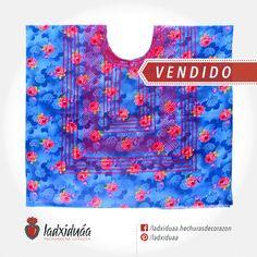 Huipil sencillo azul, con tela estampada y tejido de cadenilla en hilo color fucsia.