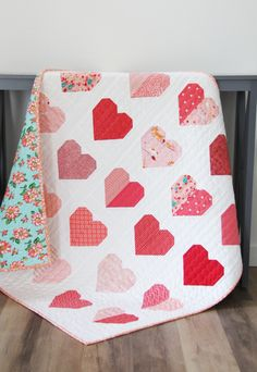 hearts-saved in QUILT folder Simple Heart Quilt Free Quilt Pattern Heart Quilt Pattern, Baby Quilt Patterns, Pattern Blocks, Quilting Patterns, Quilt Baby, Quilting Tutorials, Quilting Designs, Triangle Quilt Tutorials, Beginner Quilting