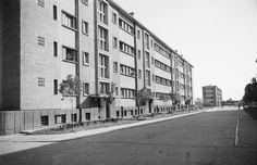 Barrios recien construidos para trabajadores: viviendas gratuitas y dignas para los que producen (actual barrio de Ferentari, transformado por el capitalismo en un gheto). (1956)