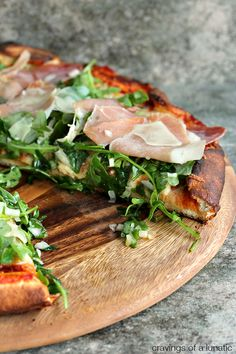 Prosciutto and Arugula Pizza Simple to make yet full of flavour. Made in under 30 minutes, it's a winner in our house! Pizza Recipes, Dinner Recipes, Cooking Recipes, Healthy Recipes, I Love Food, Good Food, Yummy Food, Arugula Pizza, Prosciutto Pizza