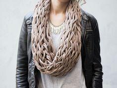 Tutoriale DIY: Cómo tejer un cuello de lana con los dedos vía DaWanda.com