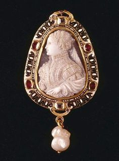 Mary Queen of Scots cameo, agate mounted in gold and enamel frame with pearl; c. 1560, National Library of France - http://www.alaintruong.com/archives/2008/11/15/11373355.html