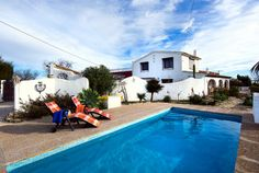 Villa mit privatem Pool bietet viel Privatsphäre, einen Garten mit Bäumen und einen wunderschönen Blick auf das Meer