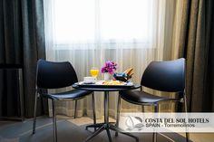 Ponemos a su disposición 36 confortables habitaciones, climatizadas, con domótica, baños (secador de pelo, espejo de aumento), TV vía satélite, teléfono, minibar, caja fuerte y servicio de habitaciones... Áreas comunes: Restaurante Halal, Chillout y Carpa, Cafetería, Parking, Piscina Climatizada, Jacuzzi y Gimnasio. --- Interior Design, Luxury Hotel, Hotel Design.