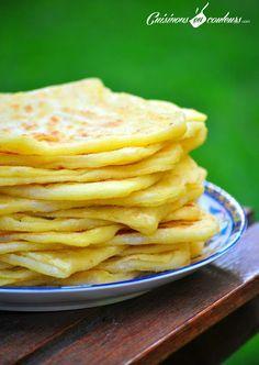 Msemens -425g farine, 75g semoule fine+35 g, eau tiède, sel,1/2 tasse d'huile, 3cs de beurre fondu: Mélangez farine, semoule (75g), sel. Ajoutez l'eau progressivement. Pétrir 10', pâte souple, non collante, élastique, former des boules, aplatir, couche très fine. Enduire de beurre/huile, saupoudrez de semoule. Pliez en 4,laissez reposer. Chauffez 1 poêle. Étalez une crêpes, cuire, dorée d'un côté, retourner. accompagnées de miel