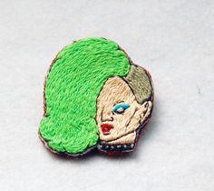 極悪女子プロレスラーの刺繍です。鮮やかな黄緑色の髪ときらりと光る首輪がポイント。繊細な商品ですのでお取り扱いは十分ご注意ください。高さ約5㎝ 幅約4㎝ 土台は...|ハンドメイド、手作り、手仕事品の通販・販売・購入ならCreema。